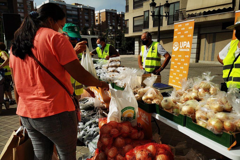 Agricultores vendiendo sus productos en acto reivindicativo